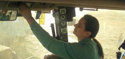 Com oito safras na bagagem, mulher operadora de colhedora busca oportunidade de trabalho