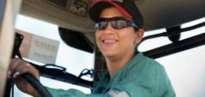 Anna Rita Silva, tratorista na Usina Da Mata, no VI Encontro Cana Substantivo Feminino