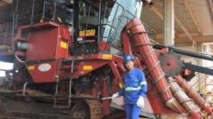 """""""Nada como fazer o que gosta"""", diz Joelma Lemes, mecânica de máquinas agrícolas da Santa Vitória"""