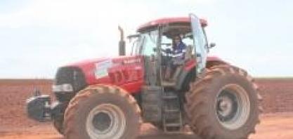 Mulher declara paixão à primeira vista por máquinas agrícolas