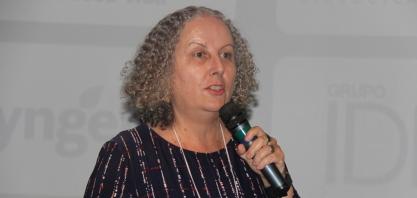 A pesquisadora Veronica Massena Reis no VIII Encontro Cana Substantivo Feminino