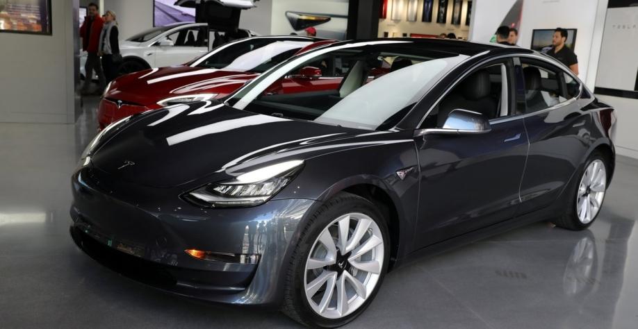 Tesla diz que seu carro elétrico de US$ 35 mil está pronto para a venda