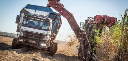Caminhão Axor de direção autônoma para transbordo de cana oferece a maior capacidade de carga líquida do Brasil