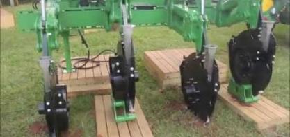 Adubador com braços pantográficos permite colocar o adubo ao lado das raízes da cana