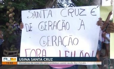 Moradores de casas da Usina Santa Cruz, em Campos, RJ, protestam contra venda dos imóveis