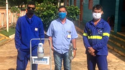 Colaboradores da Usina Coruripe criam equipamento para higienizar as mãos sem necessidade de contato com a embalagem