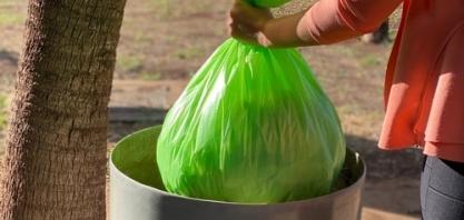 Empresa brasileira produz saco de lixo feito de planta e com zero emissão de carbono