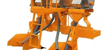 DMB mostra benefícios de sulcador para plantio manual de cana em feira digital