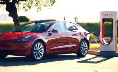 Carros elétricos vão dobrar demanda por energia no mundo, diz dono da Tesla