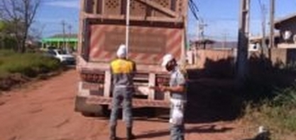 Caminhões de transporte de cana-de-açúcar são fiscalizados em São Francisco de Itabapoana, no RJ