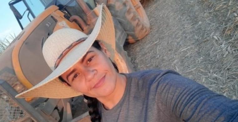 Trabalhadora se capacita e realiza sonho de operar máquina agrícola